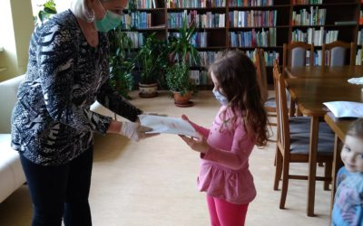 Julia  Serowik odbiera nagrodę za zajęcie III miejsca w konkursie dla przedszkolaków .