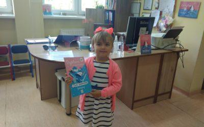 Kolejny młody czytelnik otrzymał od nas nagrodę za czytanie!
